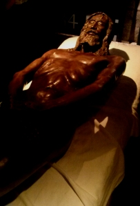 Escultura de Luigi Enzo, artista italiano que por 2 anos realizou estudos anatômicos sobre o Sudário (Foto: Amanda Fonseca)