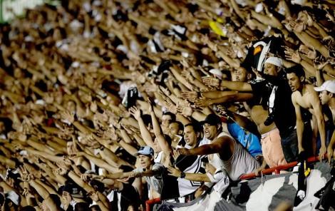 A fanática torcida da Ponte fez sua parte, e lotou o estádio em Mogi Mirim (Foto: EFE / globoesporte)