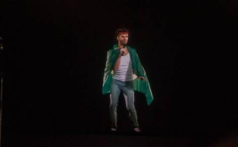 """O holograma de Cazuza surgiu dançando com uma bandeira brasileira durante a canção """"Brasil"""", uma das cinco em que a reprodução digital foi usada (Foto: Avener Prado/Folhapress)"""