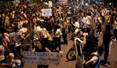 Milhares saíram às ruas com cartazes e vozes clamando pela mudança (Foto: G1)