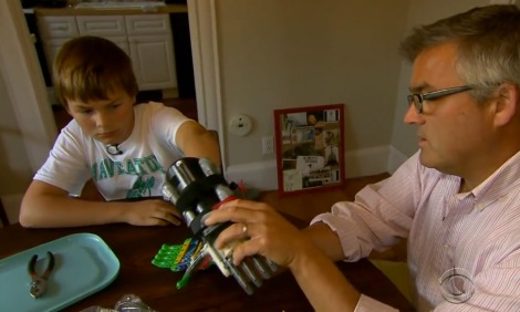 Leon McCarthy experimenta prótese feita por seu pai (Foto: Divulgação)