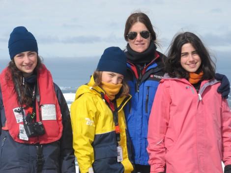 A fotógrafa Marina Klink e suas três filhas, na Antártida (Foto: Divulgação)