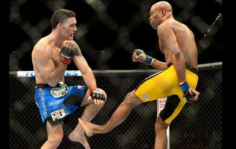Impressionante fratura de Anderson Silva em sua última luta contra Chris Weidman (Foto: Sportv)