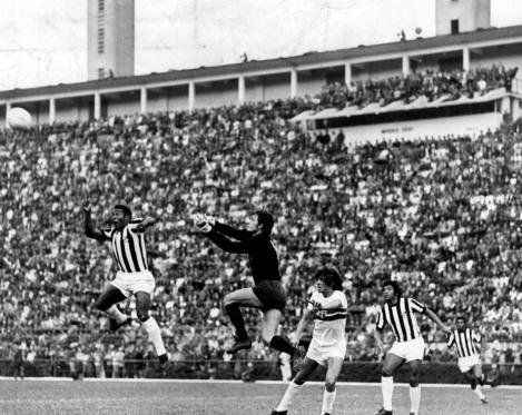 Pelé em 1972, em jogo lotado no Pacaembu (Foto: Domício Pinheiro/AE)