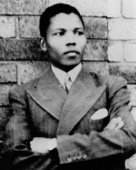 Mandela com o terno que ganhou de Jongintaba (Foto: Wikipedia)