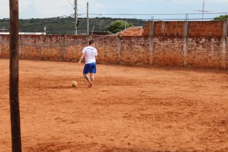 Ex-dependente de drogas, Leandro trata-se em casa de reabilitação através de terapias espirituais e ocupacionais (Foto: Camila Pasin)