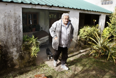 Mujica em sua pequena fazenda em Rincon del Cerro, nos arredores de Montevidéu (Foto: El Mundo)