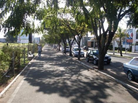 Av. das Esmeraldas tem o mesmo nome de um dos dois shoppings da cidade e apresenta espaço reservado para caminhadas (Foto: Skyscrapercity)