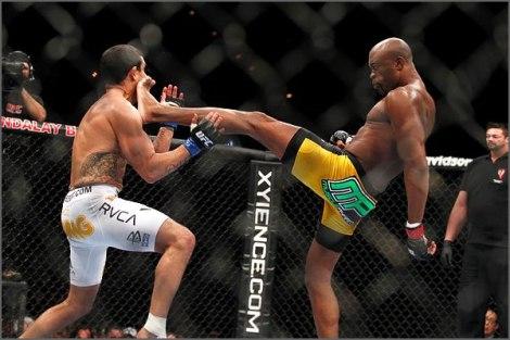 Nocaute de Anderson Silva em cima do americano Vitor Belfort - um dos mais impressionantes nocautes do UFC (Foto: Revista Veja)