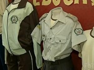 Uniformes utilizados por alunos a partir da militarização do Colégio Fernando Pessoa (fonte: entornoonline)