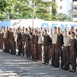 Alunos durante evento de uma das 19 escolas militarizadas de Goiás (fonte: uol notícias)